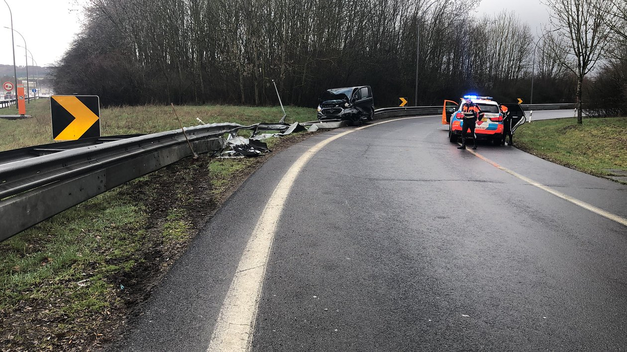 RTL Today - Dramatic accident: Car rams into crash barriers