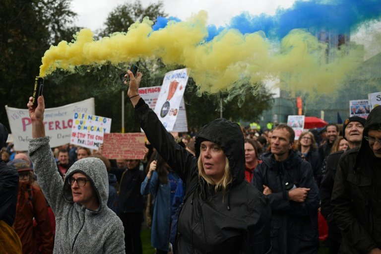 Hundreds protest over Prime Minister's shutting of Parliament