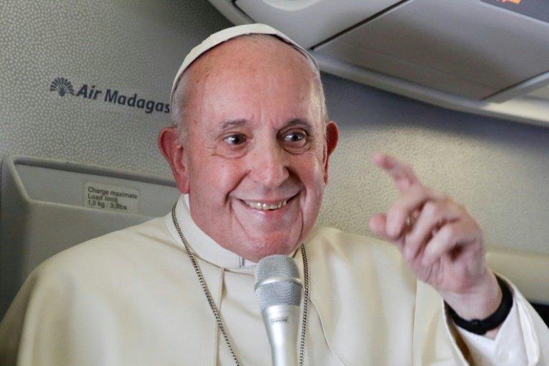 Le pape François dans l'avion papal qui le mène d'Antamanarivo à Rome le 10 septembre 2019