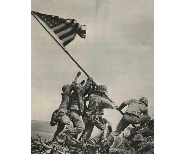 soldats levant le drapeau américain sur l
