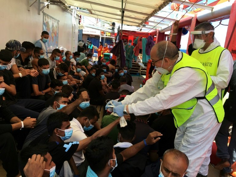 Les 180 migrants secourus en mer par l'Ocean Viking débarqués en Sicile