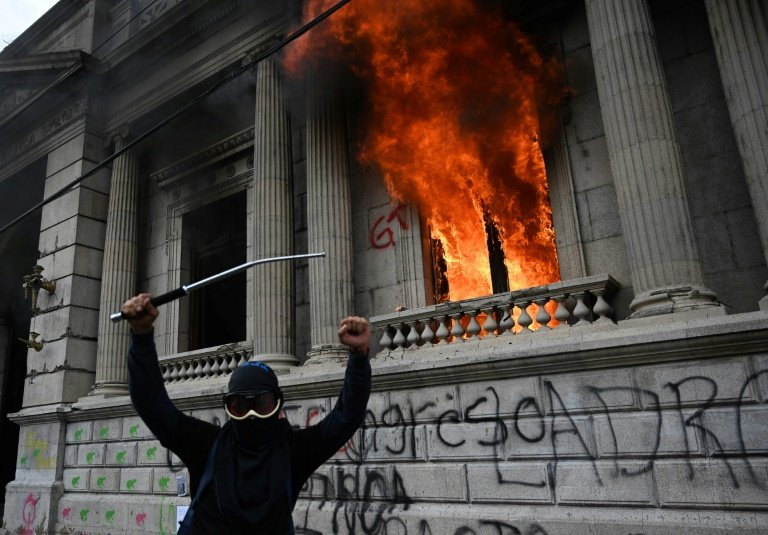 Des manifestants mettent le feu au Parlement du Guatemala — Amérique centrale