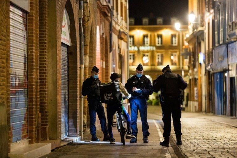 Covid: assouplissement plus restreint que prévu, retour du couvre-feu