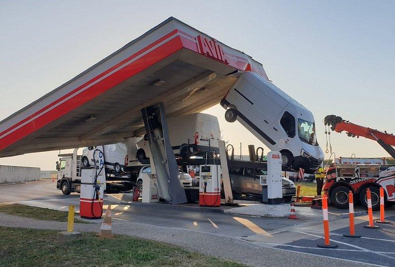 Un poids lourd s'encastre sous le toit d'une station-service — Marne